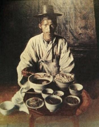 조선시대 선비의 밥상이라고 알려진 사진. 쌀밥의 양이 크고 아름답다.