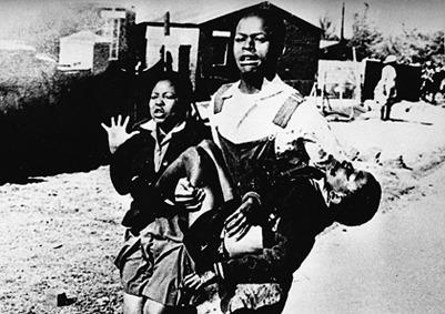 ▲ 총에 맞은 헥터 피터슨. 20세기의 피에타라고까지 불리는 이 사진이 세계에 준 충격은 엄청났다. 사진은 남아공 반아파르트헤이트 투쟁이 격렬히 타오르도록 했고, 전 세계 문명국과 지성인들이 남아공 정부를 규탄하도록 만들었다.