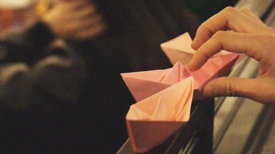 ▲ 일일주점에 참여한 사람들이 직접 접은 분홍종이배. ⓒ 김성숙