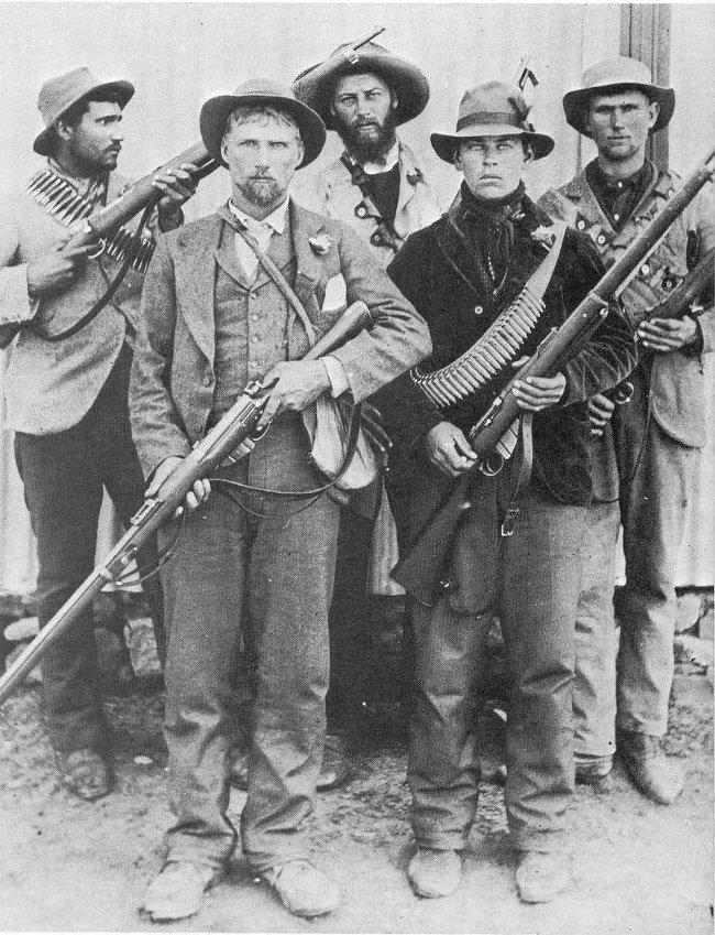 """▲ 아프리카너 유격대. 영국군은 맥심 기관총을 가진 이 하얀 피부의 """"원주민들""""과 거친 대게릴라전쟁을 벌여야 했다. 결국 우수한 화력을 보유한 영국군이 승리했는데, 그 과정에서 아프리카너 민간인들을 무수히 학살했다."""