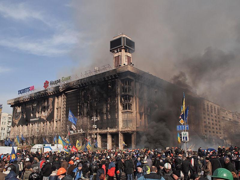 우크라이나 수도 키에프에 위치한 무역연합빌딩의 타고 남은 잔해 by Amakuha (CC BY-SA)