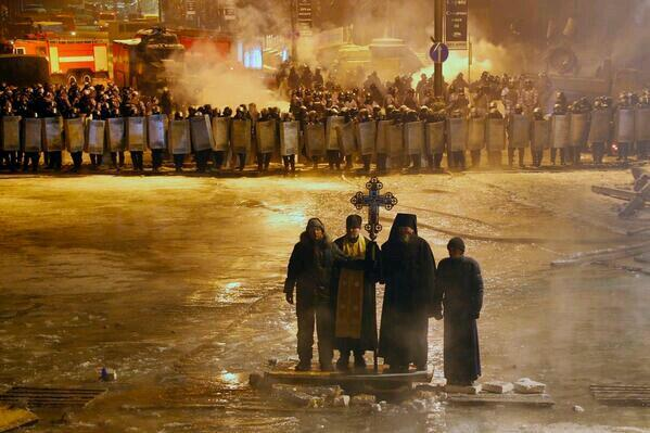 시위대와 진압경찰과의 충돌 한가운데 서있는 우크라이나의 동방정교회 신부들