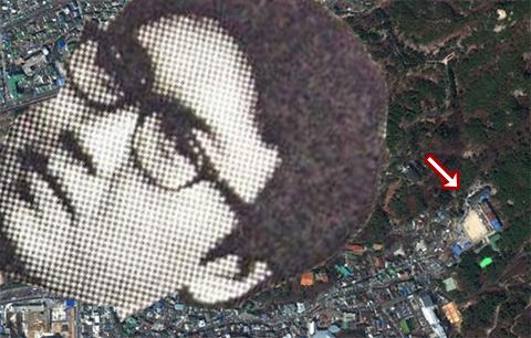 구글 어스의 2012년판 사진. 같은 장소에 운동장이 보인다.