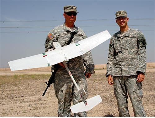 미군의 RQ-11B Raven. 대당 35,000$. 90분간 체공하며 10km 정도의 작전반경을 갖는다.