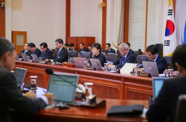 ▲ 청와대 국무회의 장면, 저 뒤에 이 모든 것을 관장하고 계신 김기춘 실장님