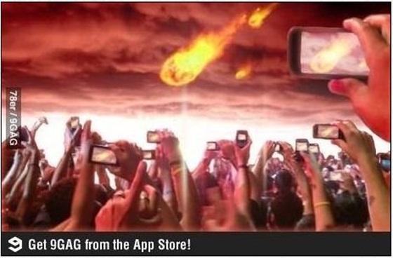 ▲ 스마트폰 시대, 인증샷을 남기려는 본능은 지구 멸망 2초전에도 사그라들지 않는다네요. 사진출처: 9gag