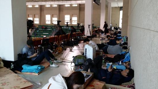 ▲ 체육관 2층에 상주하며 취재 중인 기자들의 모습. ⓒ 박세라