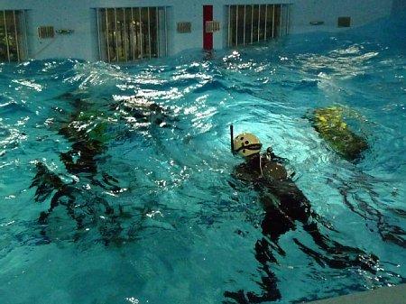 이렇게 강한 인공파도를 만들어내는 풀장에서수영, 잠수 능력을 배양하고...