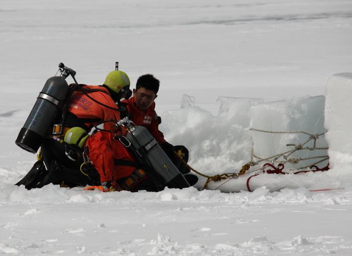극한의 얼음물에서도 인명을 구조하기 위한 훈련에 매진한다 이거죠.