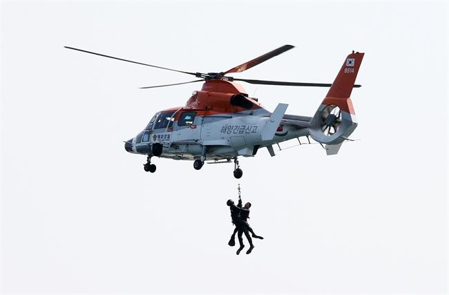헬기 타고 구조훈련하고...
