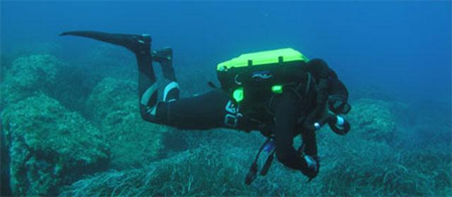 수중 재호흡기를 이용하는 다이버의 모습(이미지 출처: http://www.rebreather-diving.info/images/rebreather-diving-ccr-inspiration.jpg )