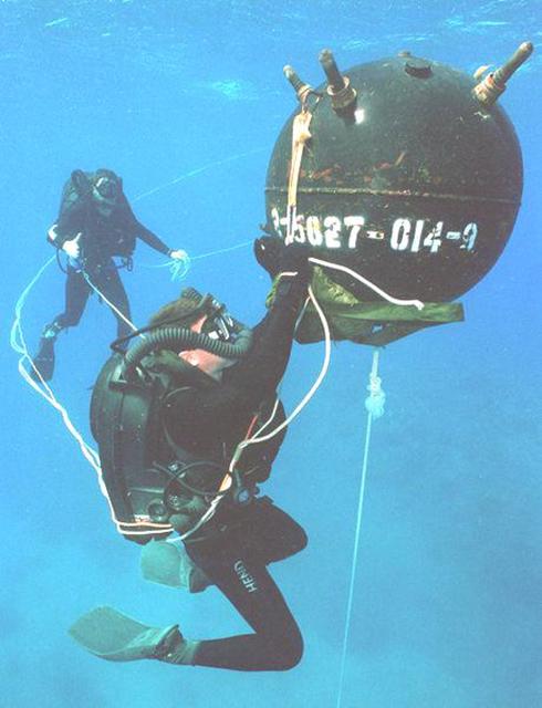 미해군의 재호흡기를 장착한 수중폭발물 처리반의 모습(이미지 출처: http://upload.wikimedia.org/wikipedia/en/9/9e/Aa_US_Navy_explosive_ordnance_disposal_(EOD)_divers.jpg )