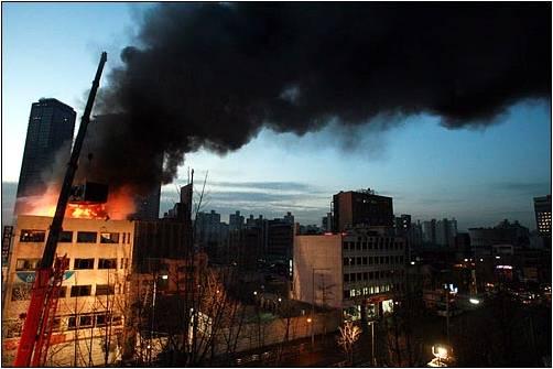 ※ 남일당 참사-2009년 1월20일 경찰과 용역의 무리한 진압과 세입자들과 전철연회원들의 공방으로 화재가 발생, 철거민 5명과 경찰특공대1명이 사망했다.