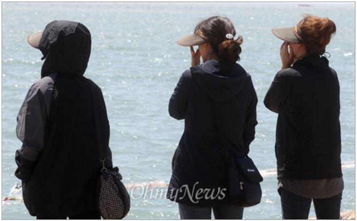 진도 팽목항에서 단원고 학생 유가족과 실종자 어머니가 사고 해역을 바라보며 아이들의 이름을 부르고 있다.