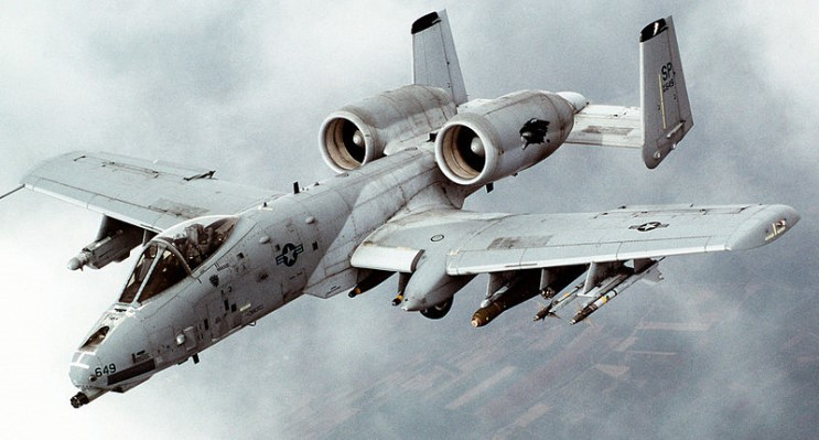 (A-10 썬더볼트 II An A-10 Thunderbolt II from the 81st Fighter Squadron, Spangdahlem Air Base, Germany, pulls away from a tanker (not shown) after refueling on the way to Serbian targets during Operation ALLIED FORCE. Credit : SRA Greg L. Davis, USAF )