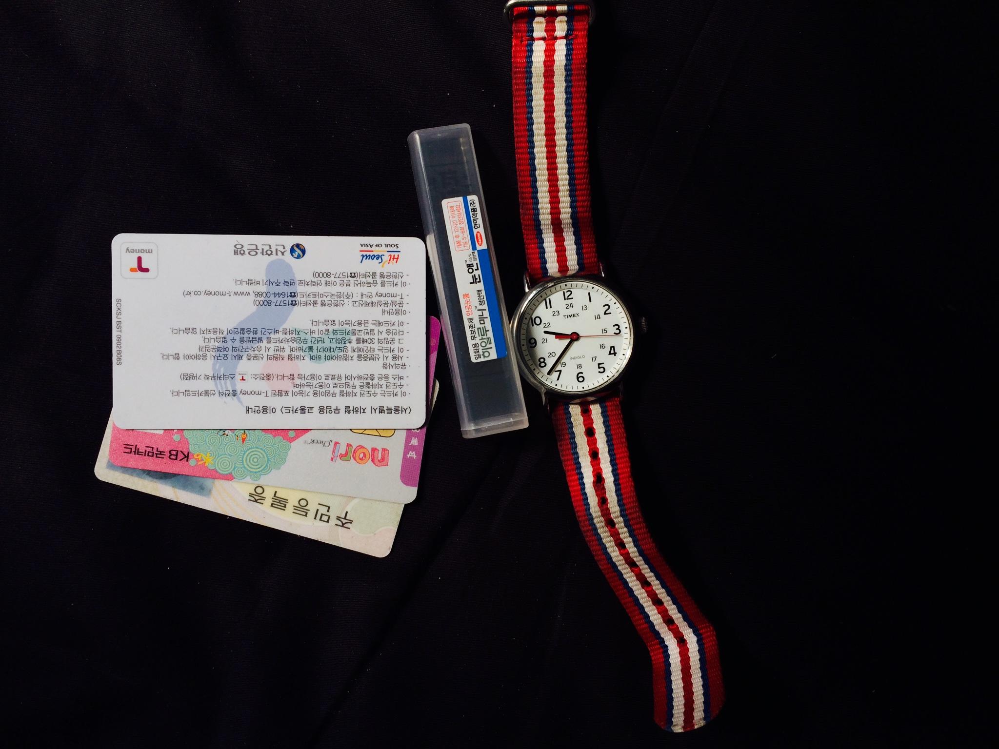들고 간 소지품의 전부- 시계, 안약, 주민등록증, T머니카드, 체크카드, 휴대폰.