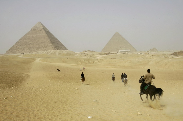 말이나 낙타를 타고 인류의 거대한 문명인 이집트 문명의 아이콘인 피라미드를 보는 풍경을 예상하지만