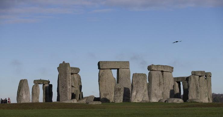영국 스톤 헨지는 넓은 평지에 고인돌 같은 것이 서 있는 것으로 예상하지만