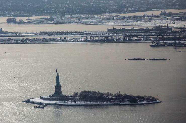 뉴욕 앞에 있는 리버티 섬에 세워져 있는 모습