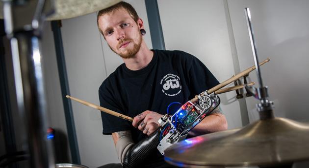 드럼 연주자에게 세 번째 팔을 선물한 로봇 의수