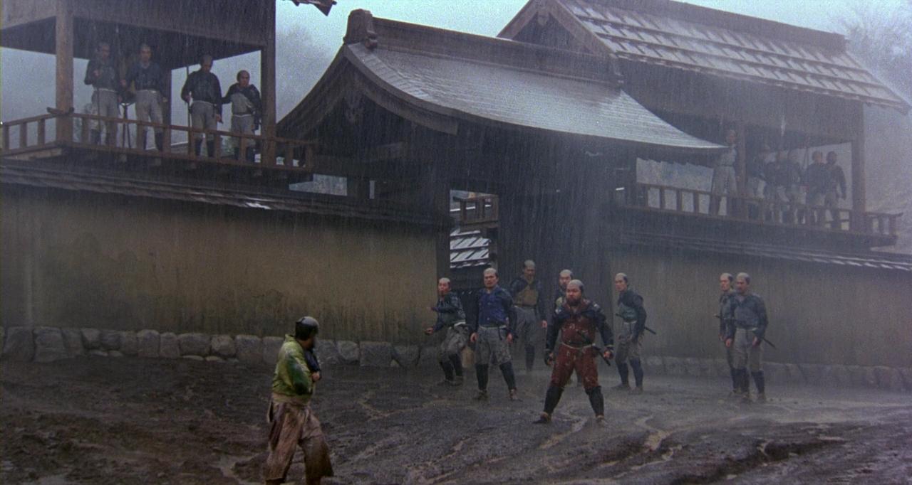 어느 비오는 날, 도둑은 다케다 집안에서 쫓겨난다.