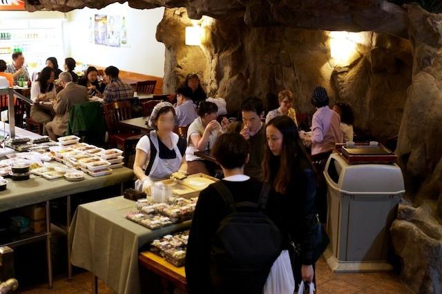 사진2: 잔치잔치 - 맨하탄 금강산 식당 내부의 테이크아웃 포장음식 가게(사진: 나빌 라만Nabil Rahman)
