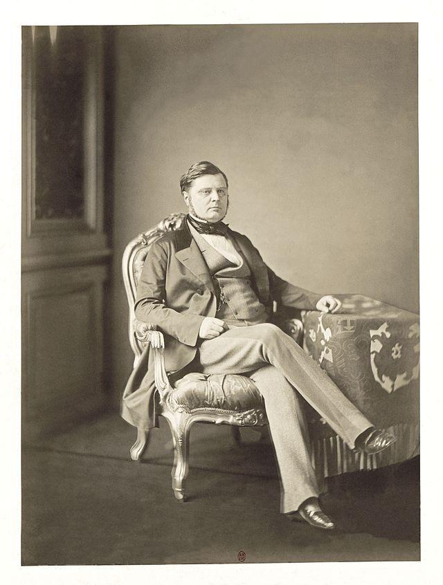 이 분이 알렉상드르 보나파르트 발레프스키 공작입니다. 원래 폴란드 백작이었는데 나폴레옹 3세 치하에서 공작의 작위를 받았거든요. 이건 1856년 찍은 사진입니다.