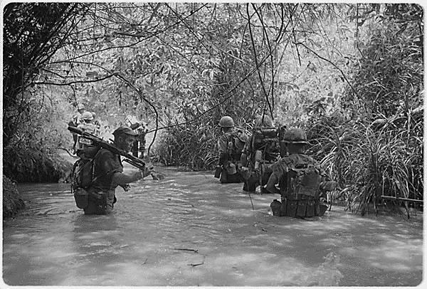 베트남 전쟁 당시 사진 시계가 1m도 되지 않는 정글에서 화력에 의존한 미군의 전략은 효과를 보지 못했다.