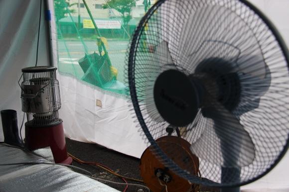 선풍기 뒤로 히터가 보인다. 겨울에 시작한 파업이 여름을 넘어가고 있다.