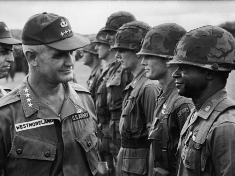베트남 전쟁 당시 미국의 사령관이였던 윌리암 웨스트 몰랜드 장군. 전쟁의 양상이나 진행방향에 대한 이선 장병들의 건의와 정보를 무시하고 사전에 준비된 계획과 정보에 의존함으로써 존슨 행정부와 함께 베트남 전쟁의 패배를 가지고 온 인물로 지목된다.