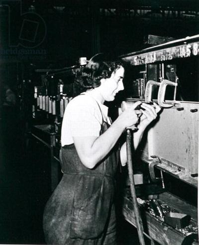 (전쟁통에 일손이 부족해 여성들에게도 일자리가 주어졌고, 결국 이는 여성 해방 운동에 큰 공헌을 했습니다.)