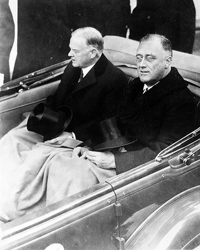 (1933년 루스벨트의 취임식입니다. 자동차 오른편에 앉아있는 사람이 그 유명한 후버 FBI 국장이 아니라 전임 대통령 허버트 후버입니다.)