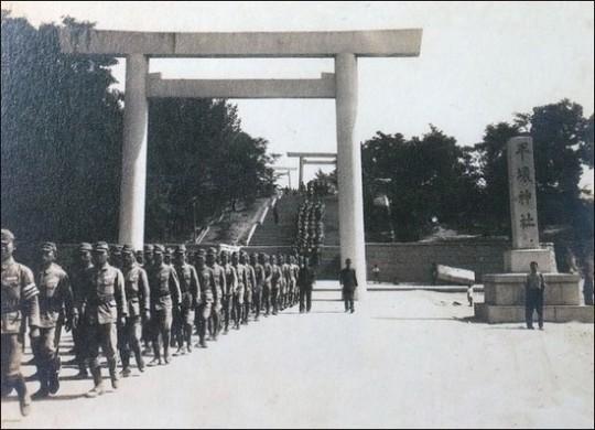 ▲ 제2육군지원병훈련소 입소식을 마치고 평양신사에 참배하는 육군지원병. ⓒ 민족문제연구소