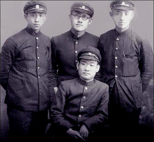 중학교 시절 문익환(가운데 뒤), 윤동주(오른쪽)