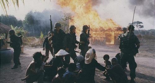 """(월남전의 모습. 사진은 월남전을 배경으로한 한국 영화 """"하얀 전쟁""""의 한 장면)"""