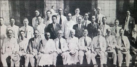 ▲ 유진오는 제헌헌법 기초위원으로 참여했다. 기초위원들의 기념촬영.