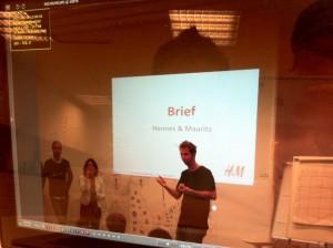 (H&M의 CMO가 학생들에게 과제로 부여할 프로젝트의 브리프를 설명하고 있습니다. photo by Kei Chun)