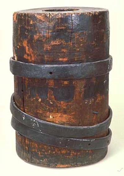 당시의 목제 구포, 통나무에 구멍을 파고 쇠테를 감아서 보강