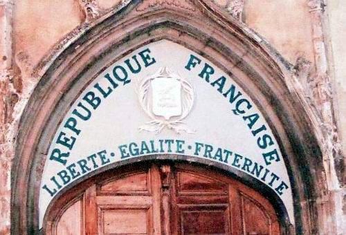 이건 정부 소유의 어떤 교회 문 위에 새겨진 자유-평등-박애입니다.