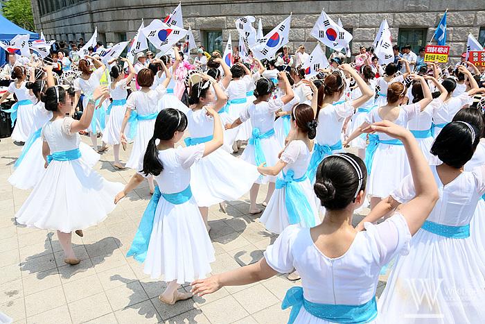 하지만 평화를 사랑하는 헬조선인들은 아름다운 춤으로 승화시켰다