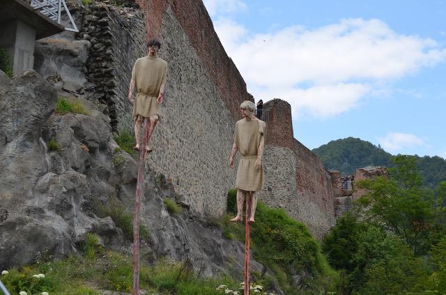 지금 남아있는 포이에나리 성터입니다. 말뚝처형 당한 시민 모형이 서있군요.