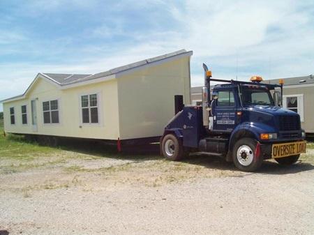 (Manufactured home, 즉 조립식 주택을 운송하는 모습입니다.)