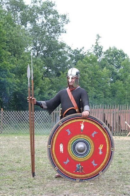 300년대 당시의 로마군의 무장입니다. 우리가 로마군의 전형으로 생각하던 모습과 완전히 달라졌습니다.