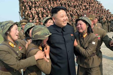 (위대한 지도자의 자식을 대를 이어 모시며 기쁨의 눈물을 흘린다... 흠... 뭐라 할 말이 없군요. 지들이 좋다는데 뭐 어쩌겠어요.)