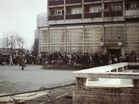 (1986년 부카레스트 시내에서 식용유 배급을 받기 위해 줄을 선 루마니아인들)