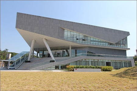 ▲ 국립한글박물관이 용산구 서빙고로 139번지 국립중앙박물관 부지에 문을 열었다. ⓒ 국립한글박물관