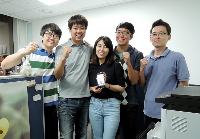 원더래빗의 멤버들. 왼쪽부터 박정신 대표/안드로이드 개발자(35), 양승현 마케팅이사(36), 임채림 UX/UI디자이너(24), 한상범 서버개발자(27), 명상훈 아이폰개발자(40). 총 5명의 멤버로 팀이 구성되었다.