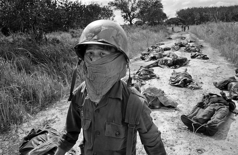 보스턴글로브에 실린 시체를 처리하는 베트남인.