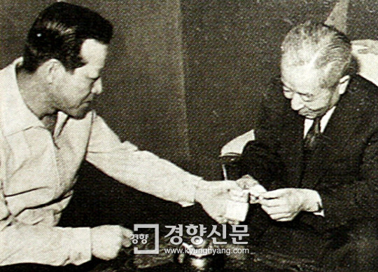김종필에게 담배를 받고 있는 유진오