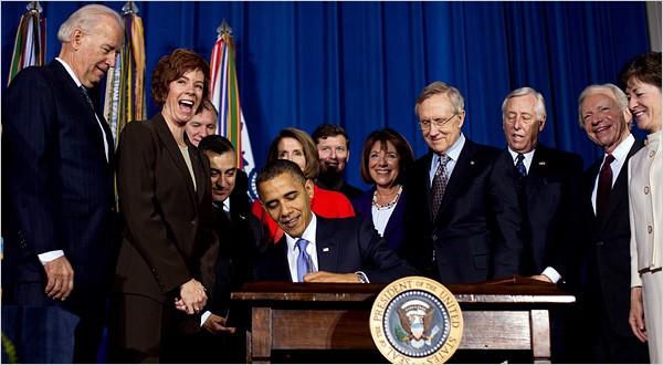 동성애 차별법이라 비판받던 Don't Ask Don't Tell 법안 폐지에 서명하고 있는 오바마 대통령, 이미지 출처: 뉴욕 타임즈
